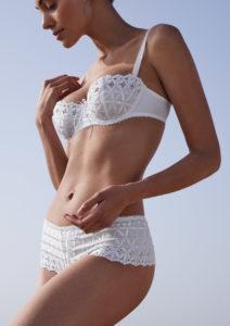 kobieta w białej bieliźnie haftowanej
